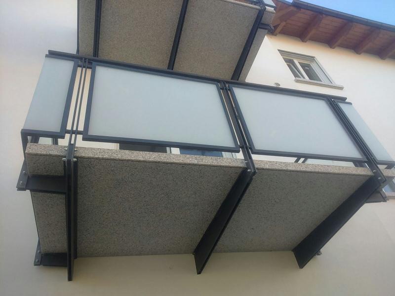 Ringhiere balconi con telaio in ferro e pannelli in vetro satinato ...