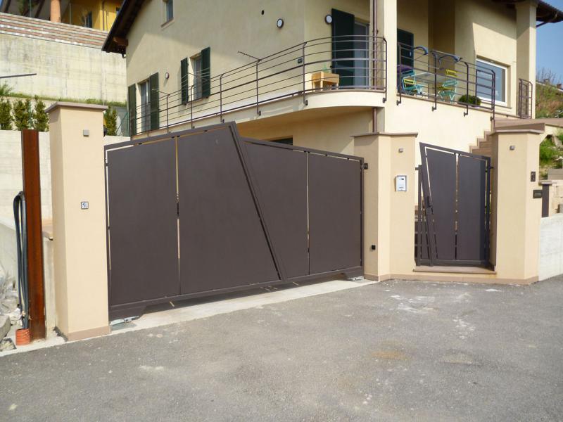 Cancello Esterno Moderno : Cancello a due battenti e cancelletto in stile moderno tamponato in