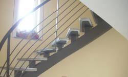Scala con trave centrale costruito e appoggi per scalini in lama