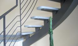 Scala con trave centrale costruito, particolare appoggio scalino