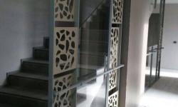 Ringhiera scale con pannelli di lamiera tagliati a laser