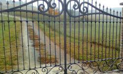 Cancello a due battenti verniciato in ferro battuto
