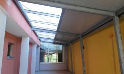 Pensilina in ferro zincato con copertura in pannelli coibentati e lucernario in pannelli di policarbonato