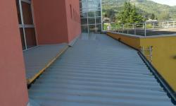 Pensilina in ferro zincato con copertura in pannelli coibentati