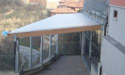 Tettoia in ferro e legno lamellare con copertura in policarbonato