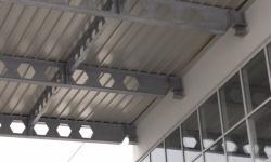 Pensilina zincata  in travi IPE sagomati con copertura in policarbonato