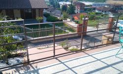Ringhiera balcone in stile moderno, particolare cancelletto su rampa di scale