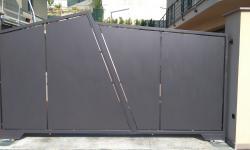 Cancello in stile moderno tamponato in lamiera