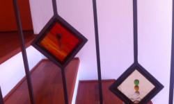 Ringhiera interna con decori in vetro, particolare decoro in vetro