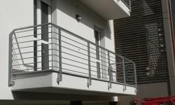 Ringhiera zincata in stile moderno con aste orizzontale