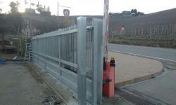 Cancello scorrevole zincato di grandi dimensioni