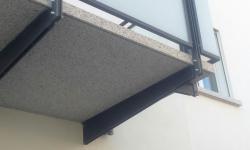 Ringhiera balconi con lastre di vetro satinate, particolare modiglione