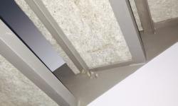 Scala con fasce laterali tagliate a laser, particolare scalino visto da sotto